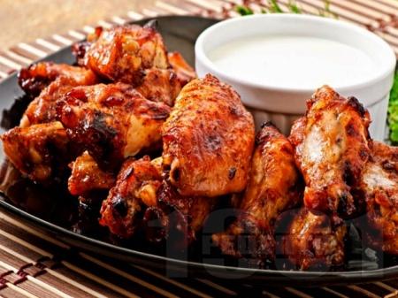 Печени пилешки крилца с мед, чесън, кетчуп и сос от нар във фолио на фурна - снимка на рецептата